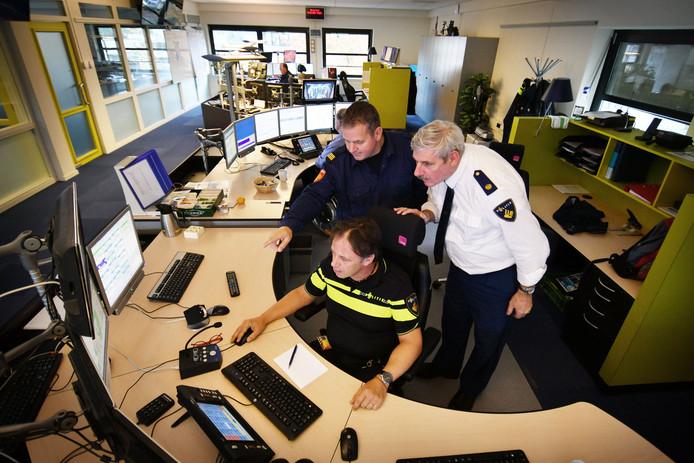 De meldkamer van politie, brandweer en ambulance zoals hij nu werkt. Binnenkort helpt chatbot Wout mee.