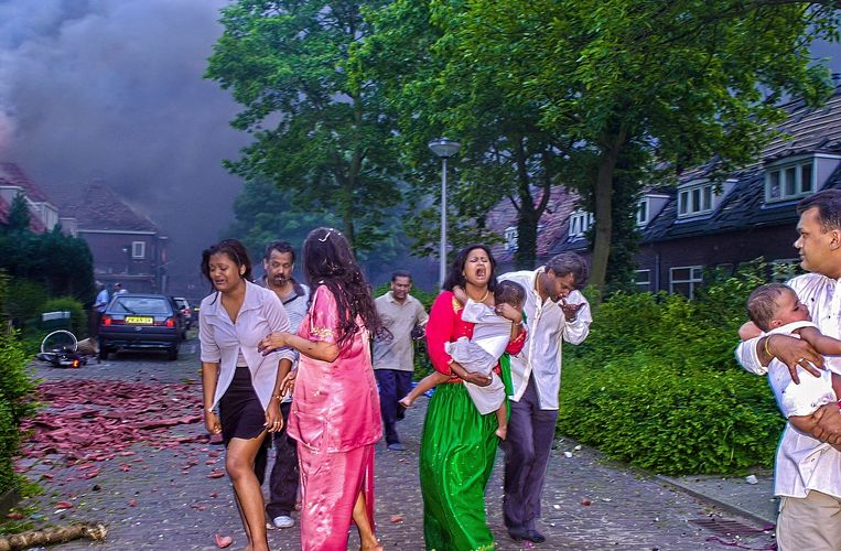 De familie Jhanjhan.  De foto staat een dag later op de voorpagina van de extra editie van De Twentsche Courant Tubantia. Het is een haast iconische foto en die dag voor velen één van de meest indrukwekkendste foto's van de ramp. Beeld Reinier van Willigen