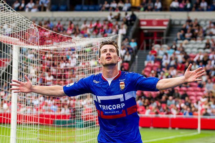 Erik Falkenburg viert zijn gelijkmaker tegen Ajax op 20 augustus 2016. Willem II won het duel toen uiteindelijk.