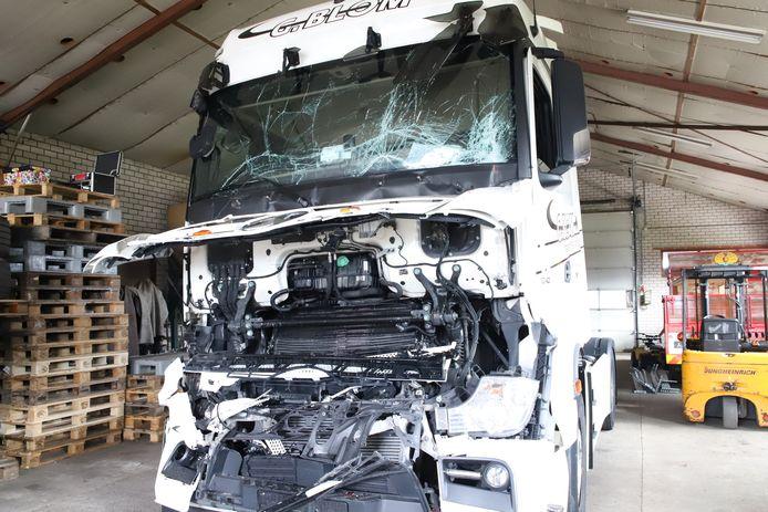 De zwaarbeschadigde cabine van een van de vrachtwagens na de aanrijding op het Zwarte Paard in Ingen.