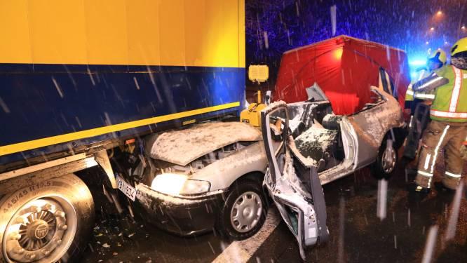 Bestuurster zwaargewond na hevige klap tegen geparkeerde oplegger op N41
