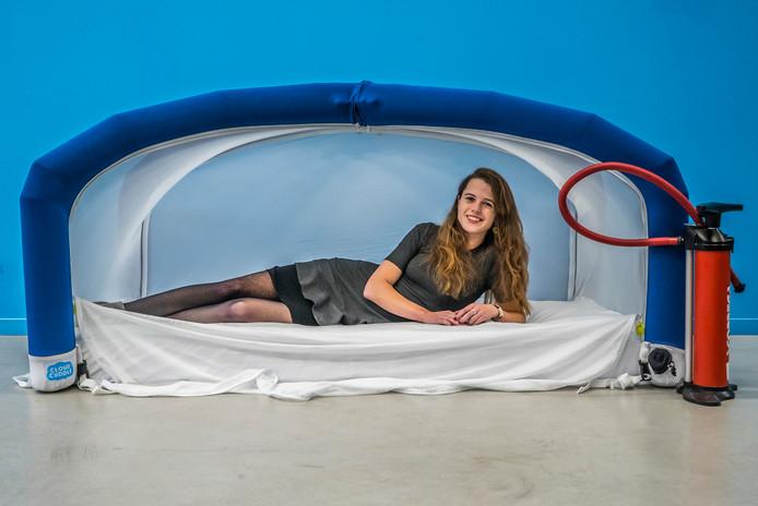 Lotte Leufkens op het speciale bed.