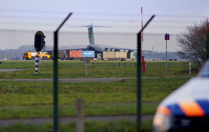 Het gigantische Amerikaanse transportvliegtuig C-17 stond donderdag voor de tweede keer deze week op Volkel. Wat er precies werd in- en uitgeladen is niet bekend.