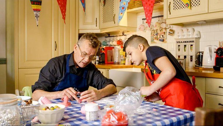 De 9-jarige Samy bakt een taart met Abel. Voor zijn oma, om sorry te zeggen voor een vervelende opmerking Beeld VPRO