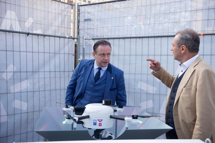 Burgemeester De Wever in gesprek met Philip De Visscher van Drone-Matrix.