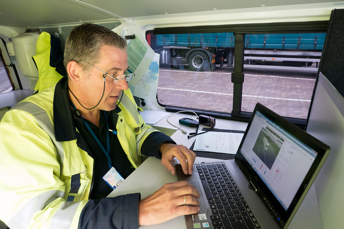 Inspecteurs van de Inspectie Leefomgeving en Transport halen vrachtwagens van de weg voor een controle. Gekeken wordt naar de belading en ook wordt de tachograaf uitgelezen