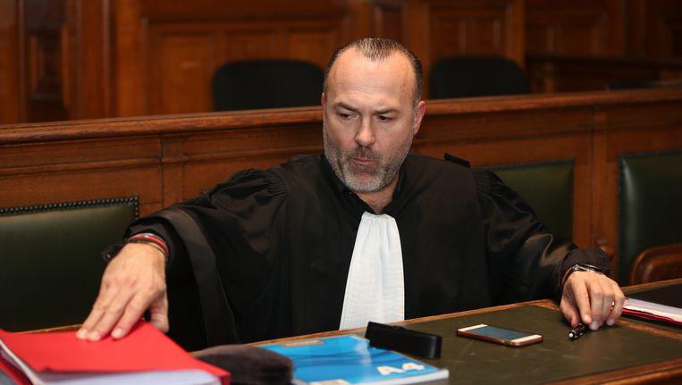 Advocaat Olivier Martins is dinsdagavond aangehouden en wordt verdacht van medeplichtigheid aan de brutale onstnappingspoging van een drugsbaron uit de gevangenis van Sint-Gillis. Zijn medewerkster moet zich vandaag melden bij de onderzoeksrechter.