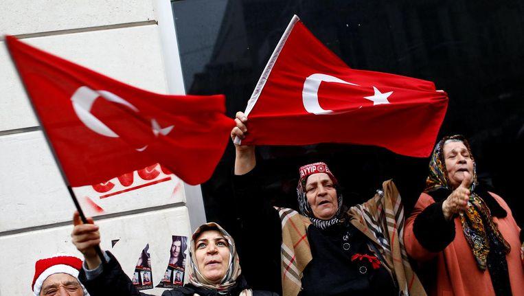 Vrouwen protesteren bij het Nederlands consulaat in Istanbul. Beeld Reuters
