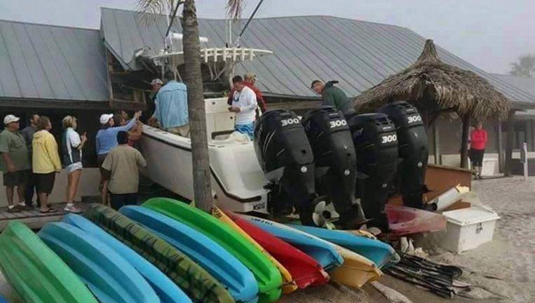 De 12 meter lange boot boorde zich in het restaurant.
