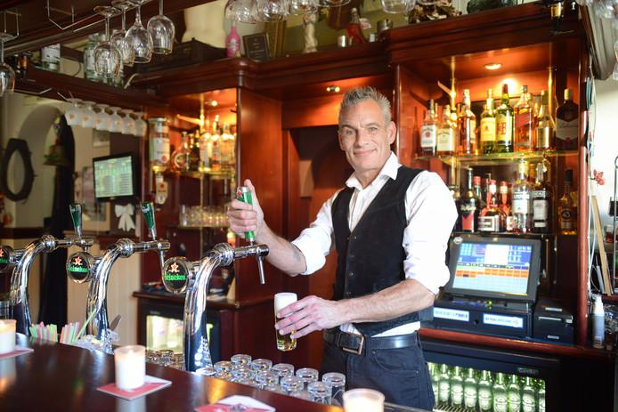 Mede-eigenaar jaap Idzerda van café Kort Dag achter de tap.