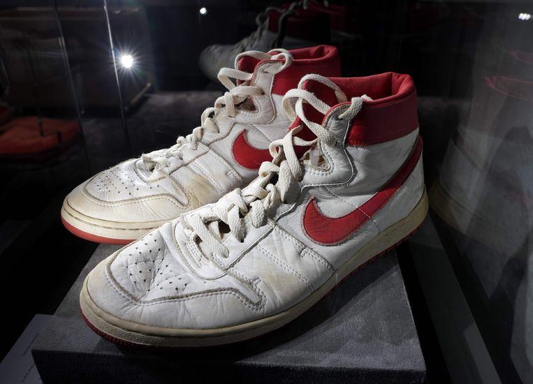 De sneakers die Michael Jordan droeg in zijn debuutseizoen worden geveild. Beeld AFP