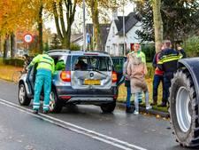 Tractor botst op auto, baby in auto ongedeerd