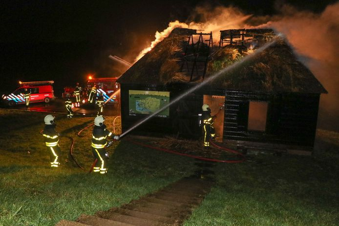 Het ruim honderd jaar oude griendwerkershuisje werd op kerstavond getroffen door het vuur.