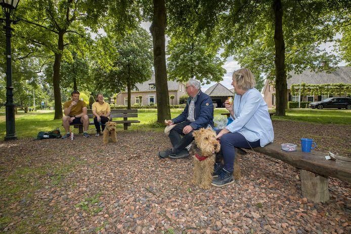 De familie Beugels uit Sittard en familie Helvert uit Maarssen ontmoetten elkaar halverwege in Best, bij De Vleut, voor een wandeling met de honden.