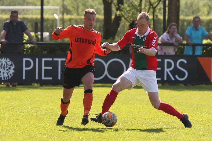 Rick Timmermans (links) nam Voorwaarts Twello op sleeptouw in de wedstrijd tegen koploper Bon Boys.