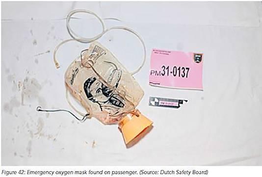 Bij een van de passagiers van vlucht MH17 werd een zuurstofmasker gevonden.