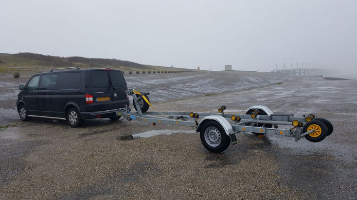 De trailer waarop het bootje lag.