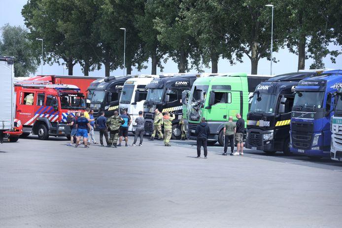 Een aantal truckers heeft zondagmiddag een brandende truck geblust op een parkeerplaats voor vrachtwagens in Duiven.