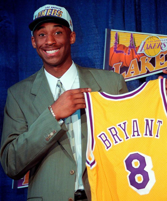 Kobe Bryant op 12 juli 1996. Hij werd die dag op zeventienjarige leeftijd gekozen door de LA Lakers bij de draft van de NBA. Bryant bleef de Lakers gedurende twintig jaar trouw.