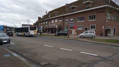 """Fietsersbond roept bestuur op om àlle mobiliteit aan station te bekijken, en niet enkel voor koning auto: """"Richt voormalig postgebouw in als veilige fietsenstalling"""""""