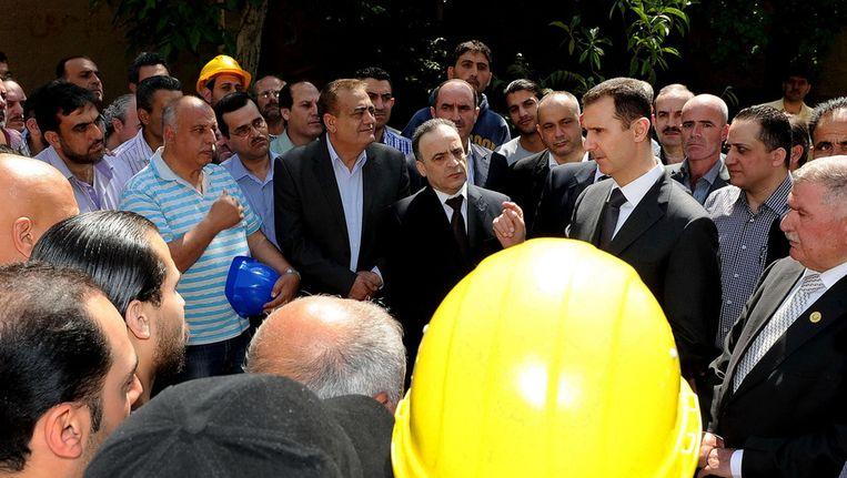 De Syrissche president Bashar Assad vandaag bij de energiecentrale. Beeld ap