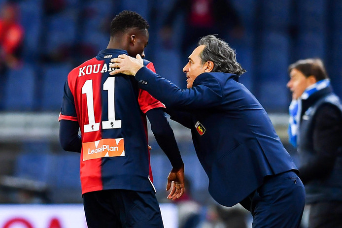 Cesare Prandelli geeft Christian Kouame instructies.