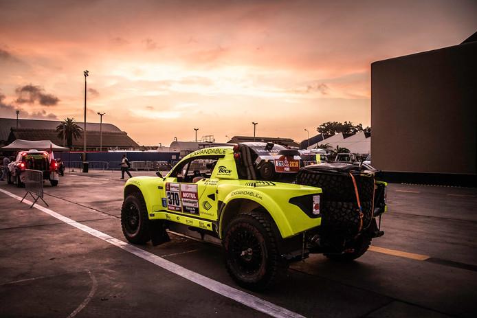 Voor Michiel Becx en navigator Edwin Kuijpers kwam voortijdig een einde aan het eerste Dakar-avontuur .