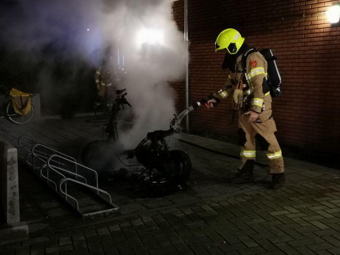Een brandende scooter heeft er voor gezorgd dat in de nacht van donderdag op vrijdag appartementen zijn ontruimd aan het Mörfelden-Walldorfplein in Wageningen.