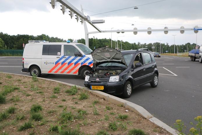 De auto staat stil op het kruispunt.