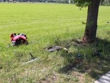 Motor aan gort door boom-botsing in Bathmen, berijder naar het ziekenhuis vervoerd