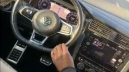 Levensgevaarlijk: jongens rijden zonder bestuurder over Nederlandse snelweg