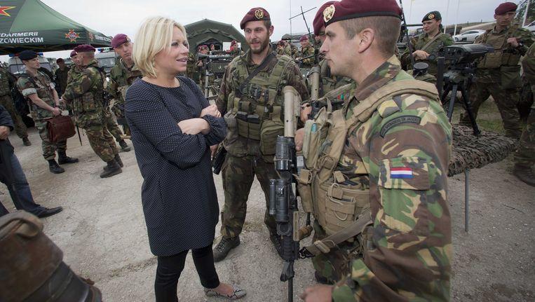 De Nederlandse minister van Defensie Jeanine Hennis-Plasschaert bezoekt Nederlandse militairen tijdens een oefening van de nieuwe flitsmacht van de NAVO in Polen.