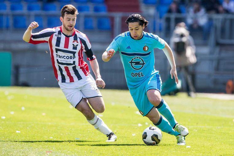 Feyenoorder Anass Achahbar in duel met Erik Falkenburg. Beeld anp