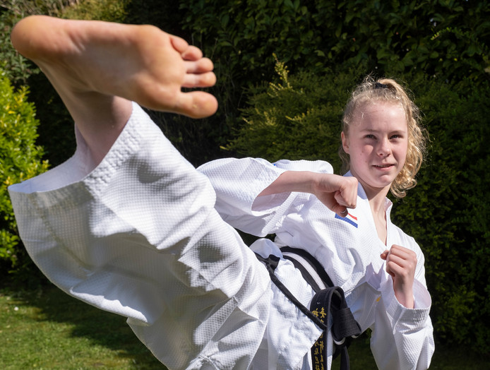 Merel de Rijke (14) uit Arnemuiden komt met de Nederlandse selectie in actie het WK taekwondo in Inzell.