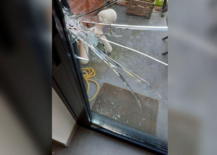 De schuifdeur werd met fors geweld opengebroken