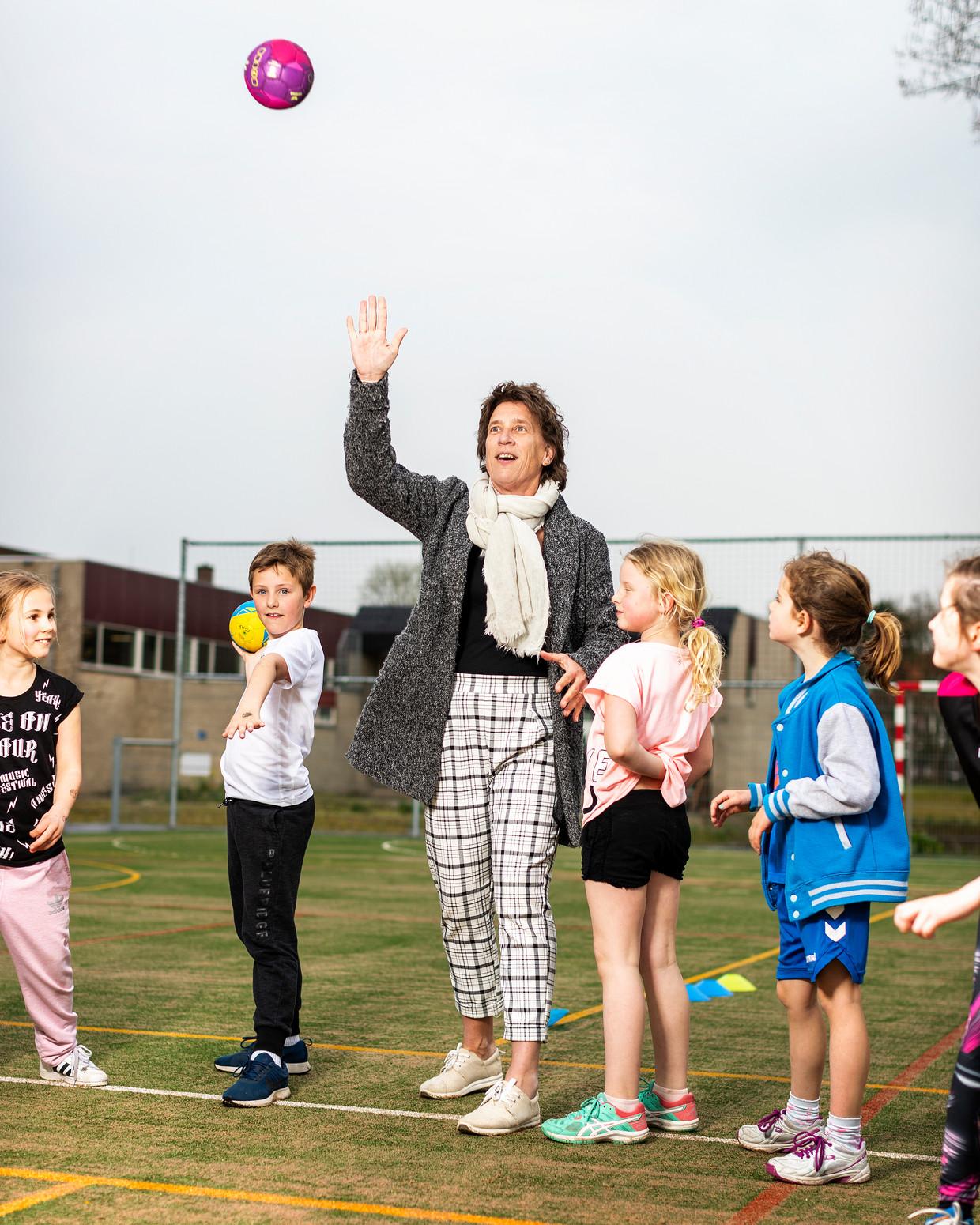 Anneke van Zanen Gooit een balletje op haar club Hellas in Den Haag. Beeld null