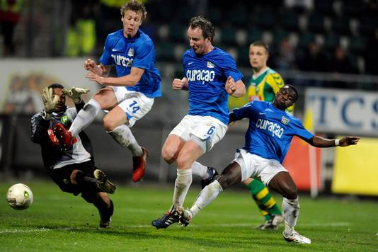 Patrick Pothuizen (midden) prikt voor NEC de 3-2 achter doelman Gino Coutinho van ADO Den Haag.