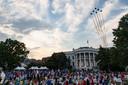 De 74-jarige Trump daarentegen kwam zwaar onder vuur te liggen omdat hij zaterdagavond andermaal een feest voor duizenden mensen hield voor Independence Day.
