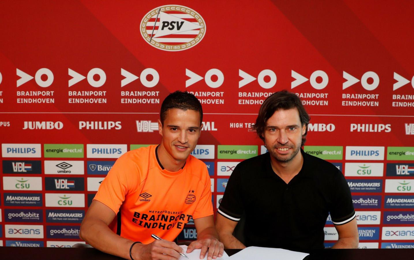 Ibrahim Afellay ondertekende donderdag zijn contract bij PSV, rechts naast hem technisch manager John de Jong.