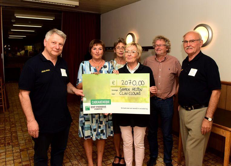 Het bestuur van Samen Helpen gaf een cheque aan de Cliniclowns