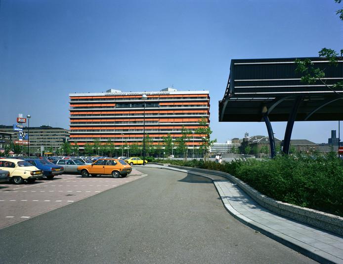 De oranje zonneschermen van het Beatrixgebouw in 1980.