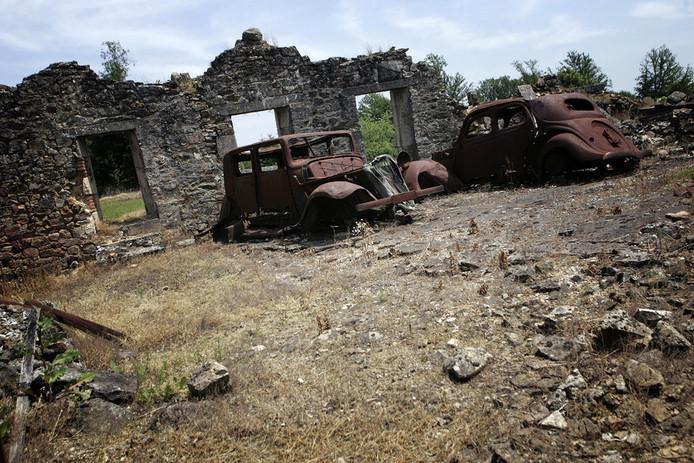 Op 10 juni 1944 stelden SS-troepen 642 inwoners van het Franse dorp Oradour-sur-Glane gruwelijk terecht. Ter herinnering aan de nazi-gruwel bleef het dorp daarna onaangeroerd.