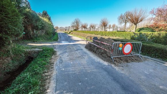 Op de grens met Nieuwkerke maakte de burgemeester van het Franse Nieppe de weg vrij.