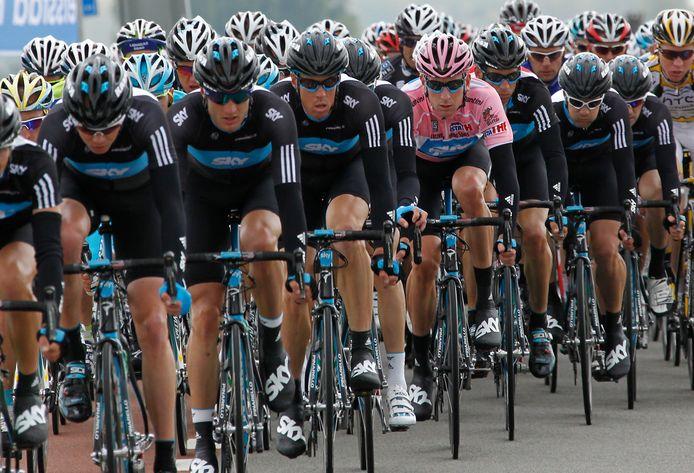 Team Sky beschermde rozetruidrager Bradley Wiggins na zijn proloogwinst in de Giro van 2010.
