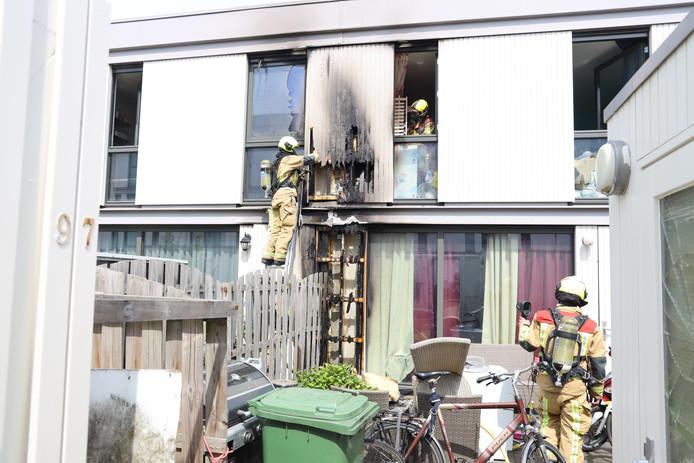 De brandweer moest een deel van de gevel slopen om te controleren of alle vlammen uit waren.