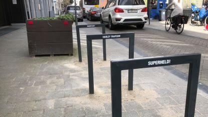 Harley Trapson en Profietsiat: slogans sporen aan om fiets juist te parkeren