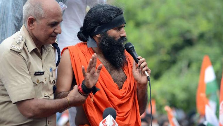 Yogagoeroe Ramdev tijdens zijn arrestatie in New Dehli. Beeld afp