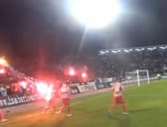 Speler Rode Ster krijgt vuurpijl van eigen fan tegen rug bij viering goal in derby