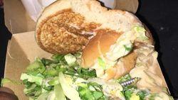 Ruth vindt een schroef tussen haar Quick-hamburger