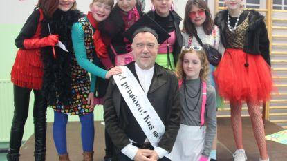 Schatteneiland combineert carnaval en pensionering: rouwstoet en koffietafel om meester Dirk (62) uit te zwaaien